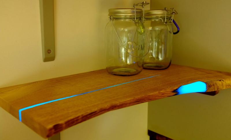 6 tapes pour transformer une planche en bois en une tag re lumineuse. Black Bedroom Furniture Sets. Home Design Ideas