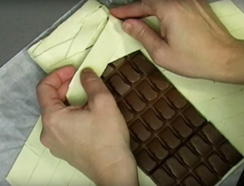 Bien connu Elle met une tablette de chocolat au four. Vous allez vouloir  IE16