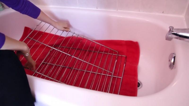 Mettez une serviette dans la baignoire et saupoudrez la de lessive le nettoyage du four n a - Comment nettoyer la grille du four ...