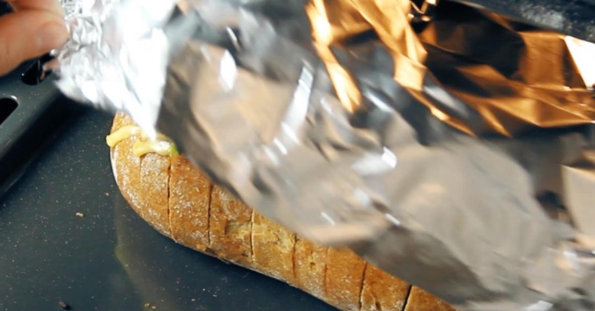 enroulez du pain dans du papier aluminium et cuisez le au. Black Bedroom Furniture Sets. Home Design Ideas