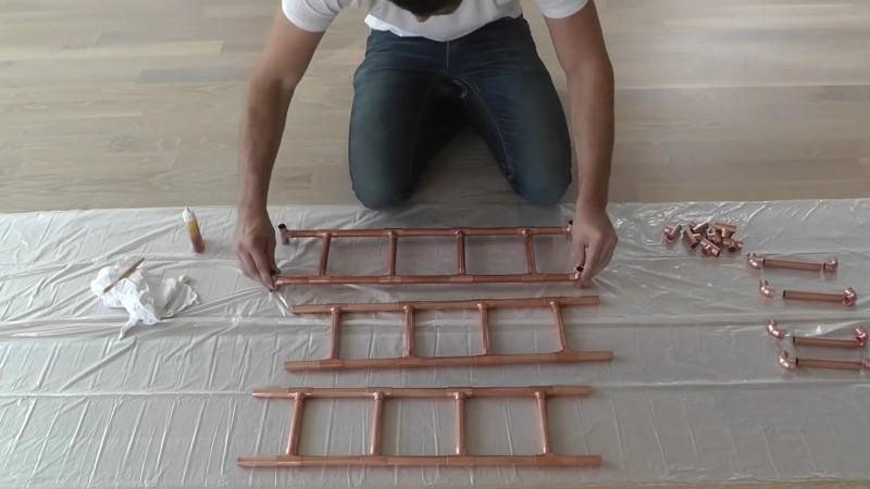 il met un tuyau en cuivre dans une fen tre lorsque vous. Black Bedroom Furniture Sets. Home Design Ideas