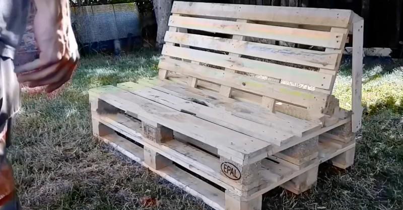 bricolage un banc ou canap fait de palettes pour l. Black Bedroom Furniture Sets. Home Design Ideas