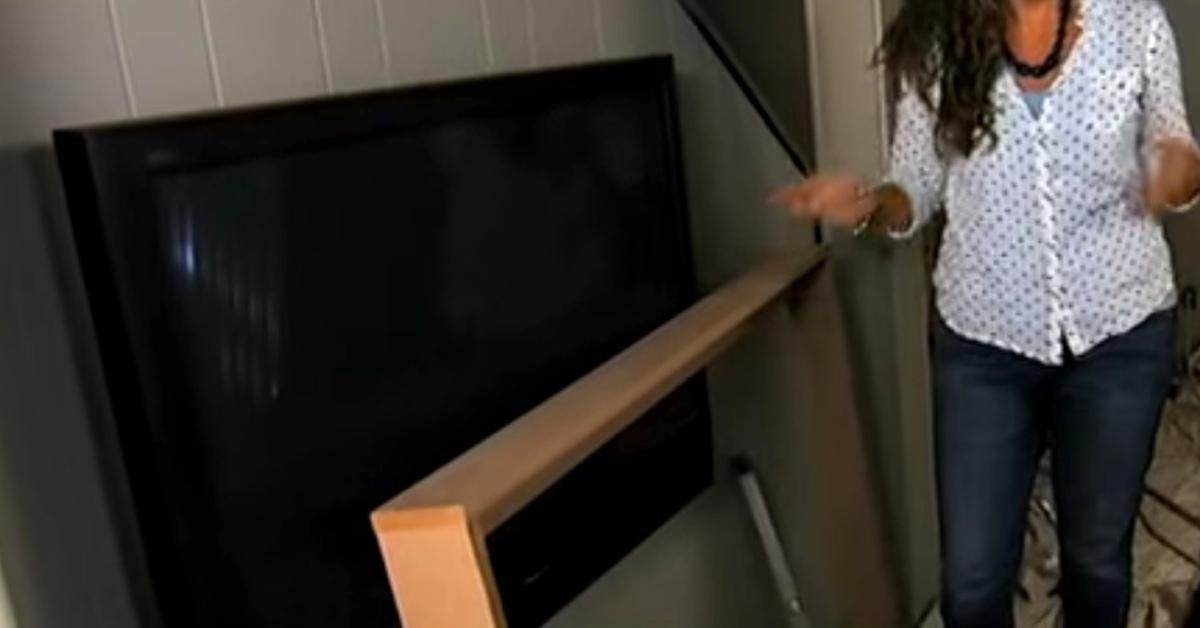 si vous avez un cran plat accroch au mur vous devez absolument voir cette id e ing nieuse. Black Bedroom Furniture Sets. Home Design Ideas
