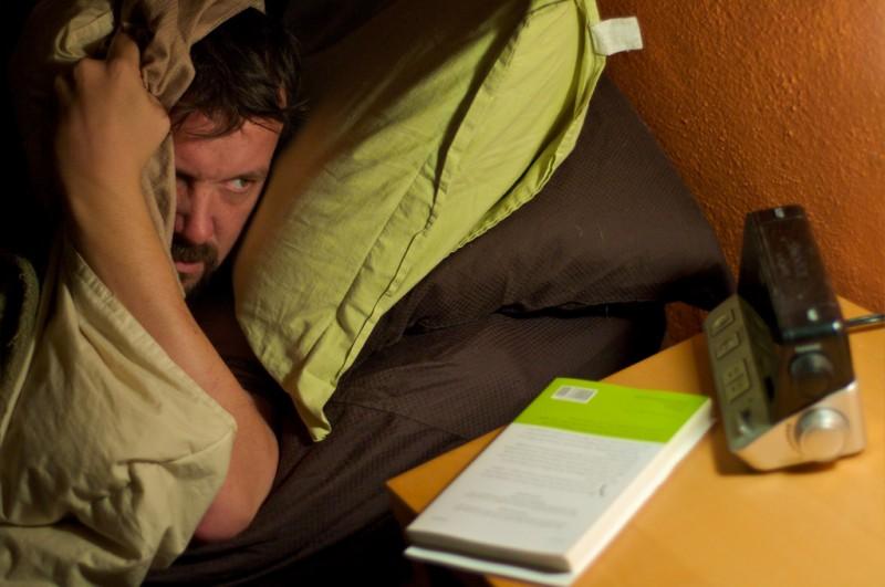 Voici pourquoi il est déconseillé d'utiliser son smartphone dans le lit avant de dormir