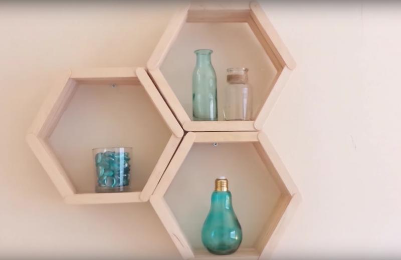 une tag re styl e en nid d 39 abeilles et faite avec des b tonnets xibaaru. Black Bedroom Furniture Sets. Home Design Ideas