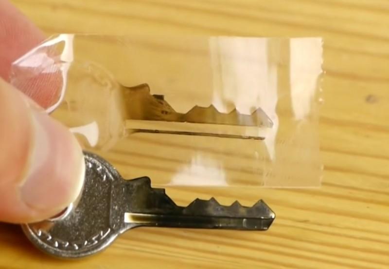 748773d79a28 Découvrez comment faire votre propre double de clé de cadenas.