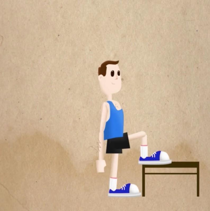 exercice de sport fentes assistées par une chaise ou un tabouret