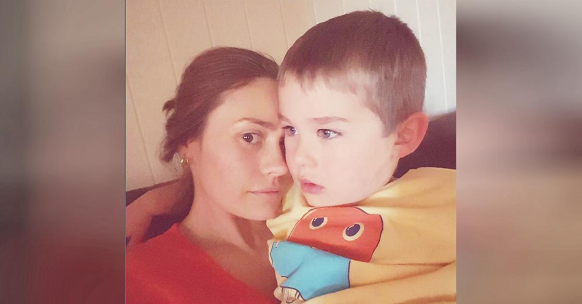 une m re provoque une pol mique en allaitant son fils de 4 ans. Black Bedroom Furniture Sets. Home Design Ideas