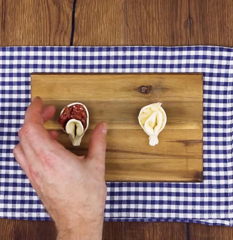 plier la pâter en forme de tortellini