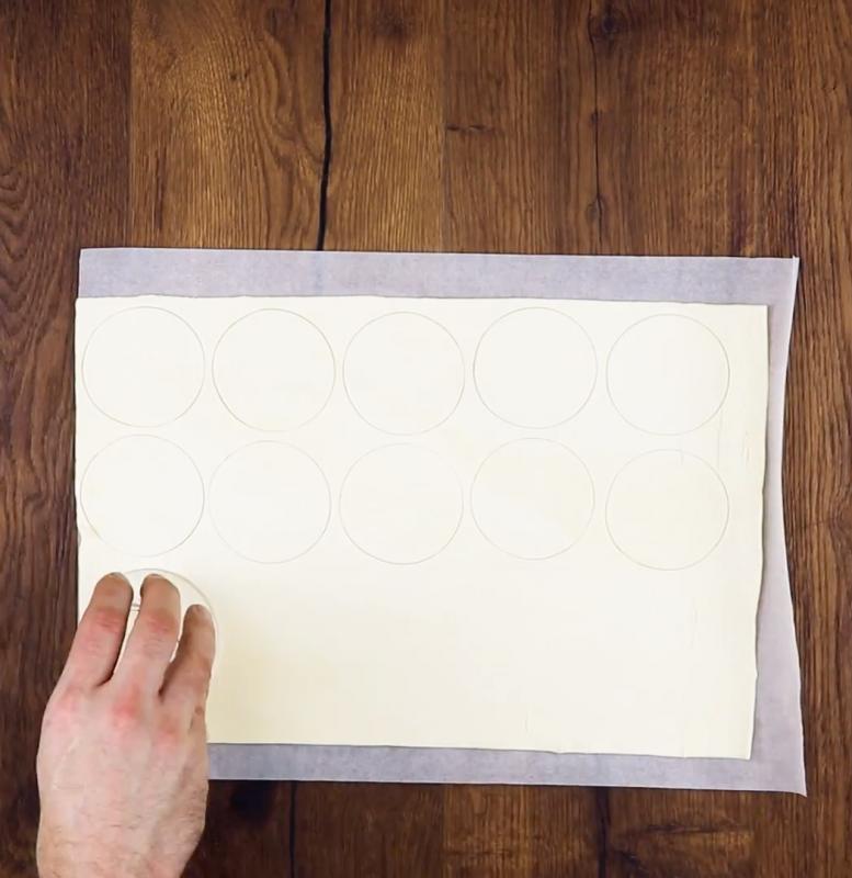 Étalez la pâte feuilletée sur le plan de travail et utilisez un verre pour couper le plus de cercles possible.