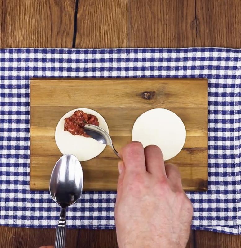 mettre la viande hachée dans les cercles de pâte