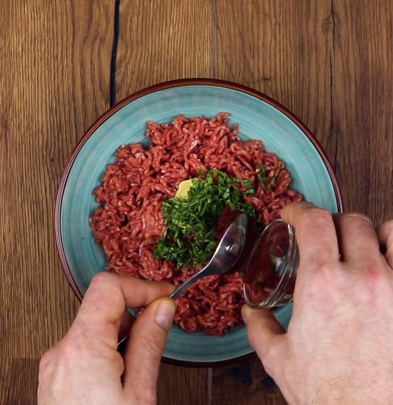 Mettez la viande hachée dans un saladier puis ajoutez la moutarde, le basilic, le concentré de tomate, le sel et le poivre