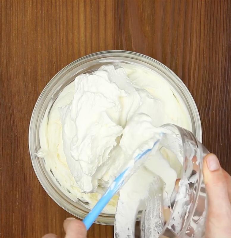 ajouter la crème fouettée dans le bol
