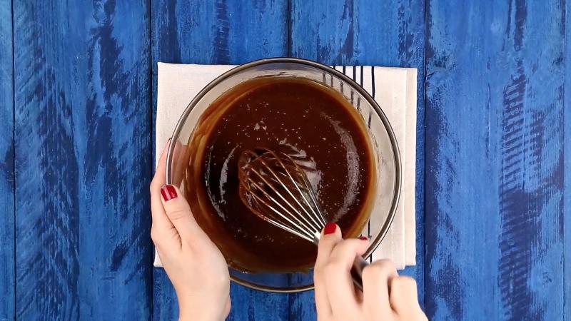 pâte au chocolat mélangée au fouet dans un saladier