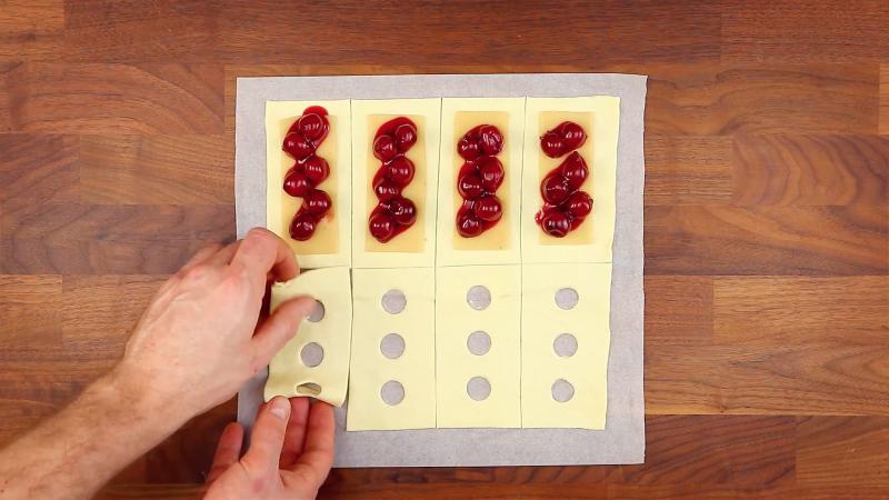 rectangles de pâte d'amande et pâte feuilletée avec des cerises