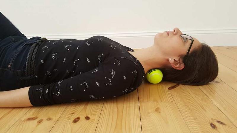 7 exercices bien simples à faire avec une balle de tennis afin de chasser la douleur à différents endroits de votre corps. - 2