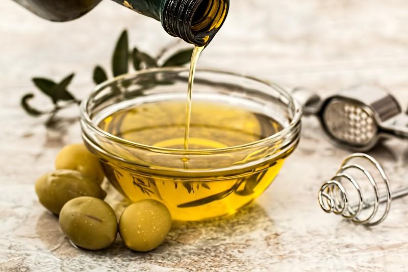 Verser de l'huile d'olive dans un petit ramequin déjà bien rempli d'huile d'olive