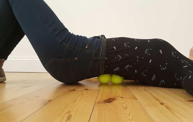 7 exercices bien simples à faire avec une balle de tennis afin de chasser la douleur à différents endroits de votre corps. - 1