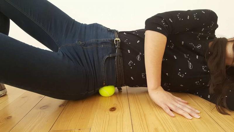 7 exercices bien simples à faire avec une balle de tennis afin de chasser la douleur à différents endroits de votre corps. - 3