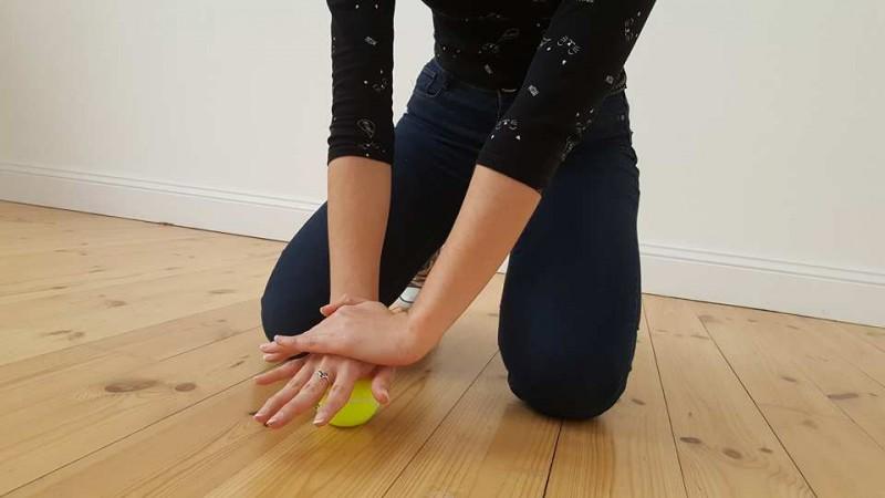 7 exercices bien simples à faire avec une balle de tennis afin de chasser la douleur à différents endroits de votre corps. - 7