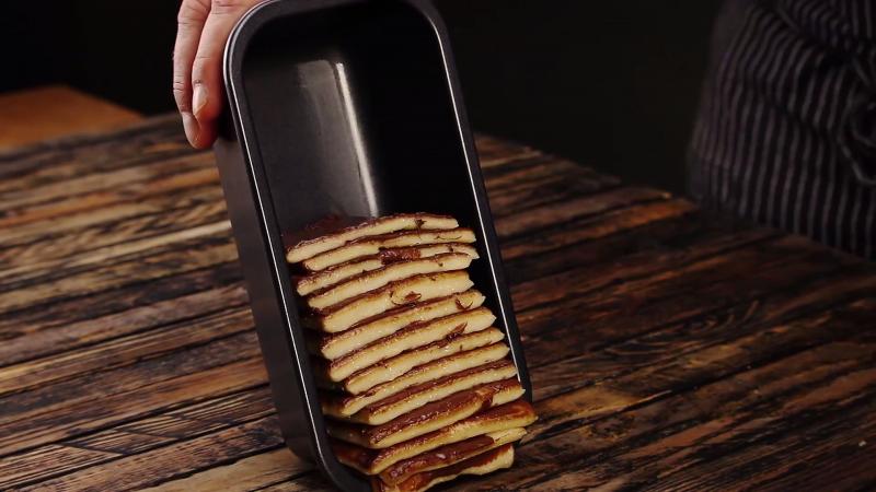 rectangles de pâtes empilés dans un moule à cake à la verticale