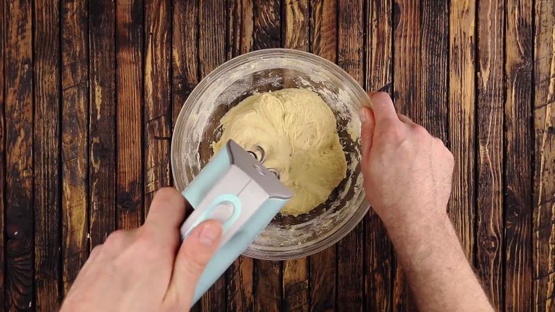 pâte à gâteau dans un saladier mélangée au batteur électrique