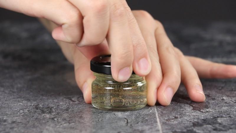 répulsif naturel contre les moustiques dans son petit récipient en verre