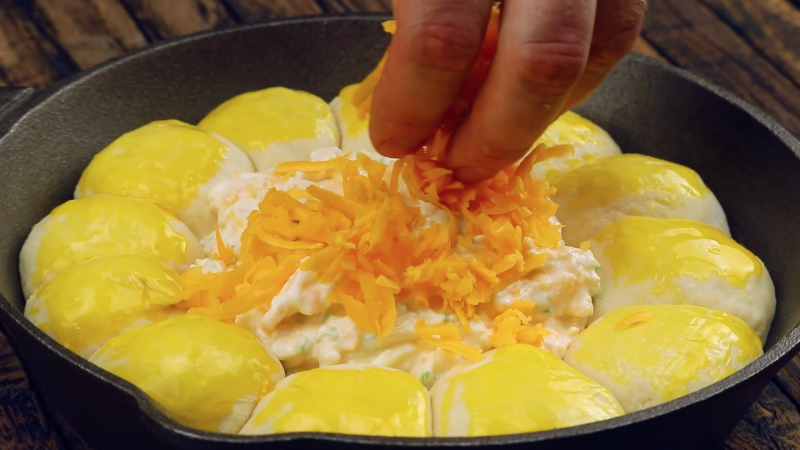 saupoudrer le mélange d'ingrédients crémeux de cheddar râpé