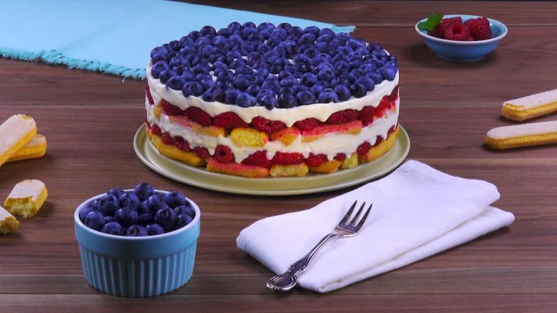 gâteau terminé avec crème, fruits rouges et baies