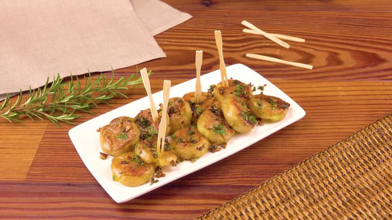 assiette avec des pommes de terre au persil présentée en parts individuelles