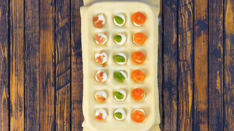 garnissez chaque trou avec des ingrédients pour les pizzas