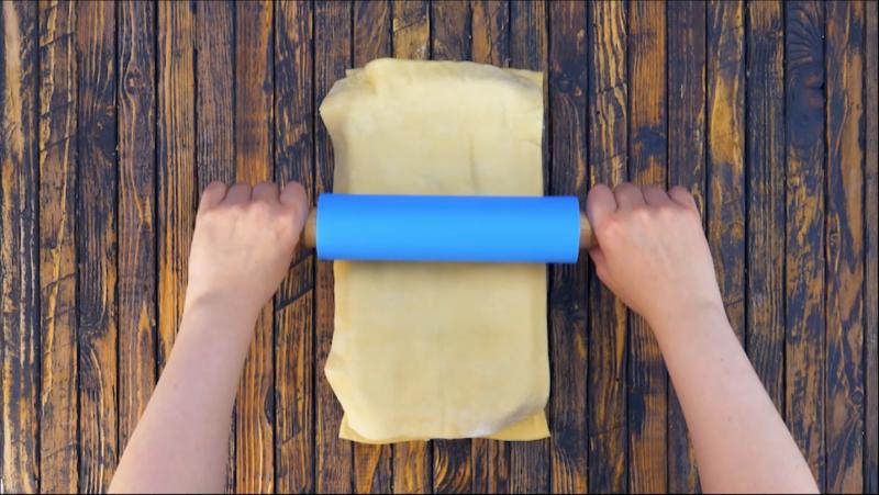 rouleau qui passe sur pâte à pizza