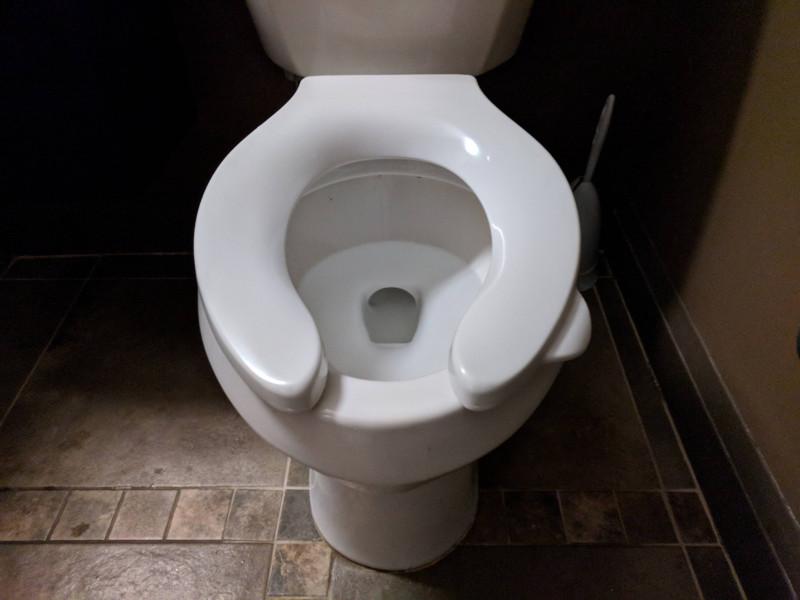 cuvette de toilettes avec une poignée