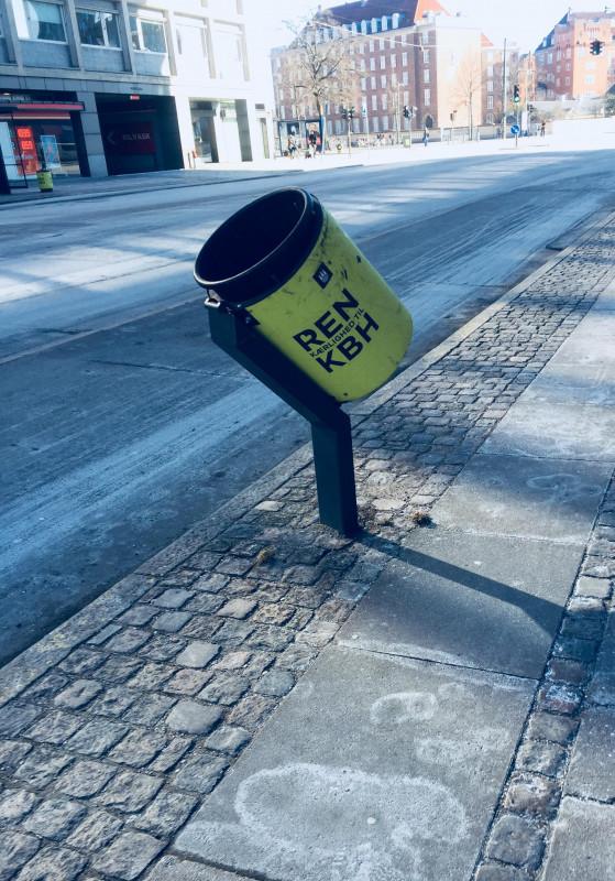 poubelle penchée pour les cyclistes