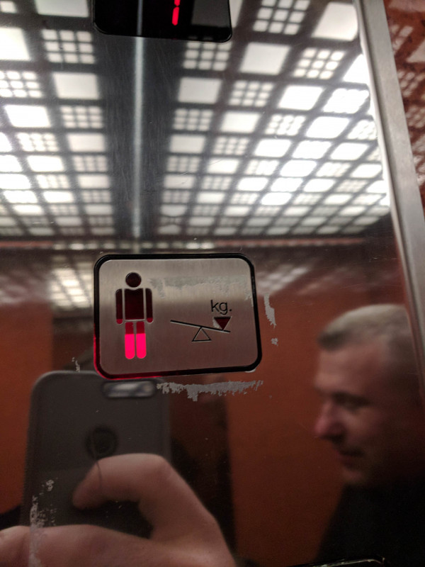 indicateur de poids dans un ascenseur
