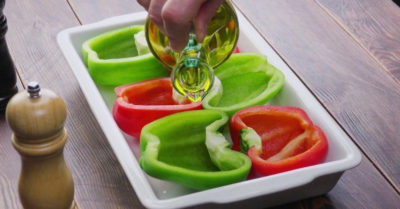 verser l'huile d'olive sur les poivrons coupés