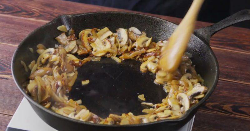 faire cuire les champignons dans une poêle