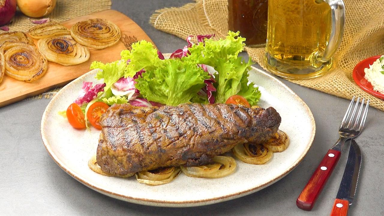 Un steak parfait grâce à la planche à griller