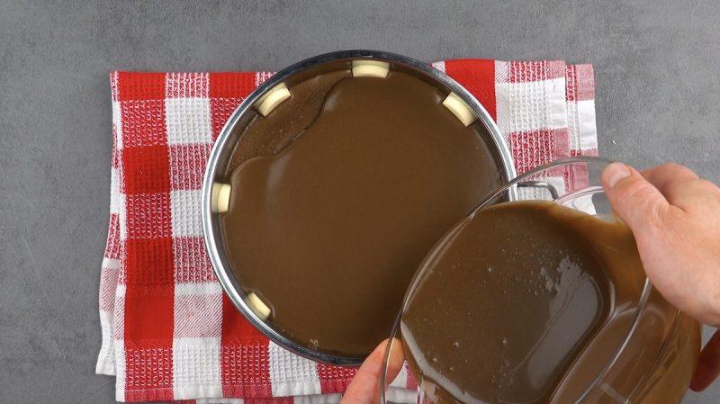 mettre le reste de pudding au chocolat dans le moule