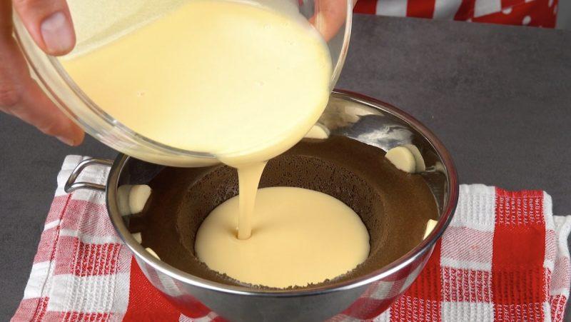 verser le pudding blanc dans le creux
