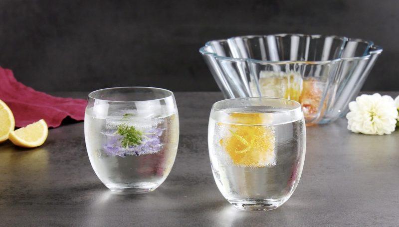 glaçons fleurs comestibles dans des verres remplis d'eau