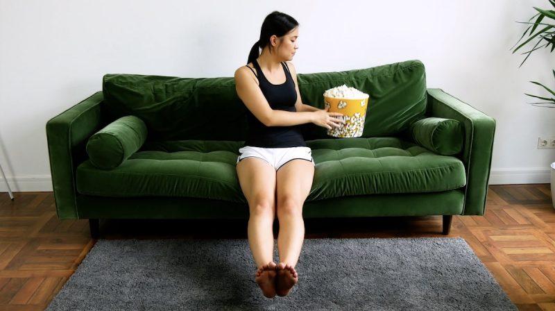 Asseyez-vous sur le bord du canapé, prenez un objet assez large et pas trop lourd dans vos mains et déplacez-le alternativement à droite et à gauche de votre corps sans le poser. En même temps, décollez vos jambes du sol. Répétez l'exercice 10 fois.