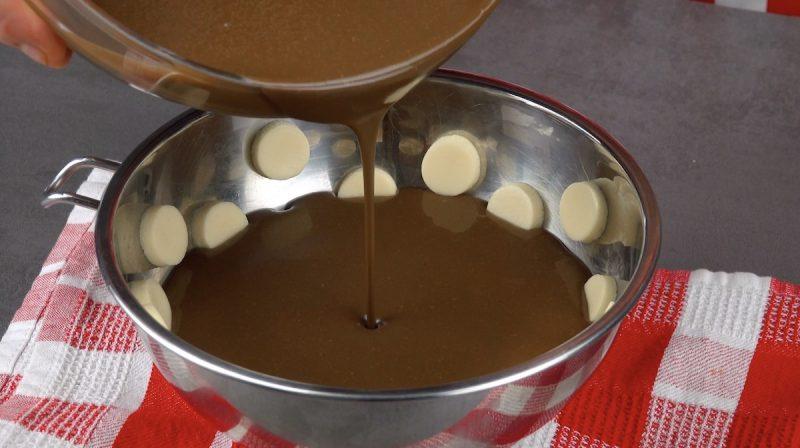 verser le pudding au chocolat dans le moule