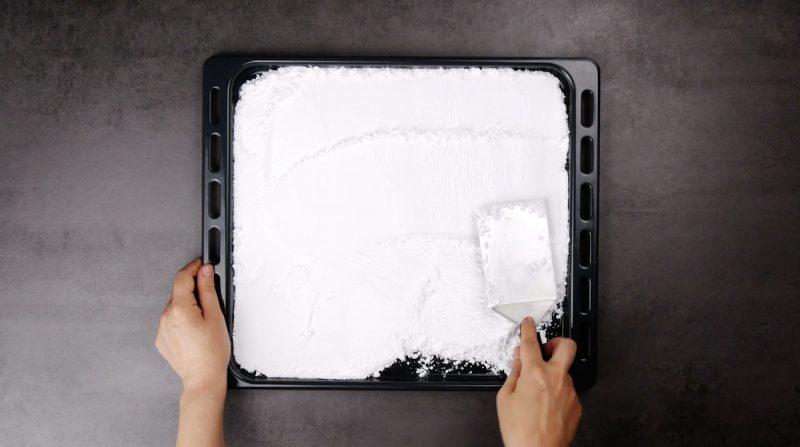 sucre glace sur plaque à pâtisserie