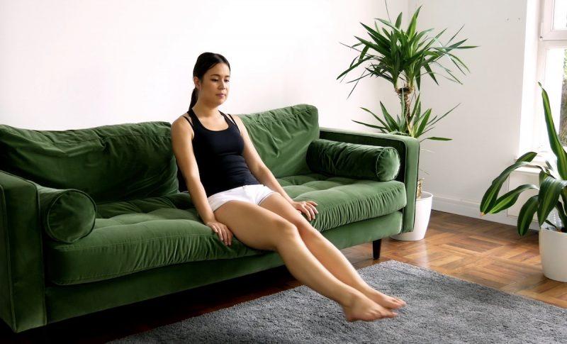 Asseyez-vous sur le bord du bord du canapé, soulevez vos jambes et gardez-les serrées. Faites des cercles 10 fois dans chaque direction.