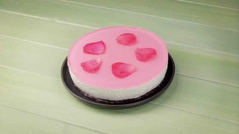 gâteau rose avec fleurs comestibles et gelée rose