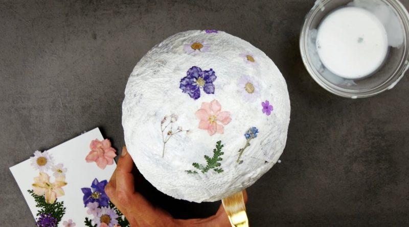 fleurs séchées collées sur l'essuie-tout sur le ballon de baudruche