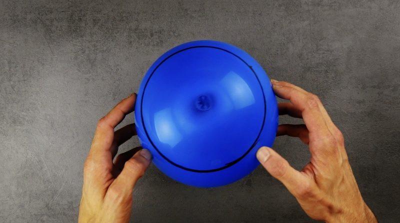 ballon de baudruche bleu avec un trait de marqueur sur le dessus