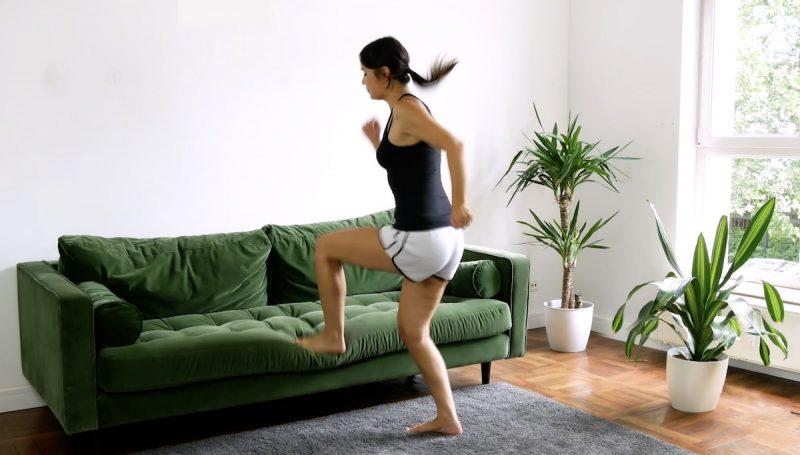 Sautez sur le bord du canapé pendant 30 secondes, un pied après l'autre, comme si vous montiez un escalier. Faites ensuite une autre pause de 30 secondes.