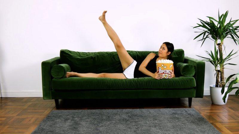 Allongez-vous sur le canapé de côté. Levez lentement votre jambe et baissez-la à nouveau. Allongez-vous ensuite de l'autre côté et répétez l'exercice avec l'autre jambe. Par jambe, vous devez faire l'exercice pendant 20 secondes.